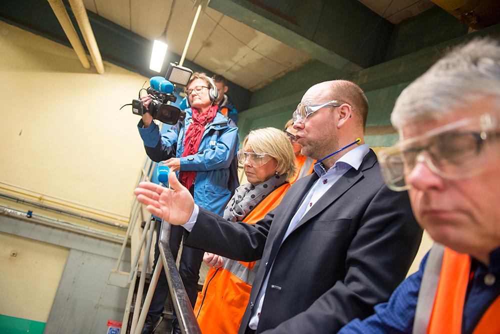 BESØK: Fabrikksjef Heine Østby (i dressjakke) tok fredag forrige uke imot næringsminister Monica Mæland (H) på 3B Fibreglass på Tollnes. Til høyre Lillesand-ordfører Arne Thomassen (H).