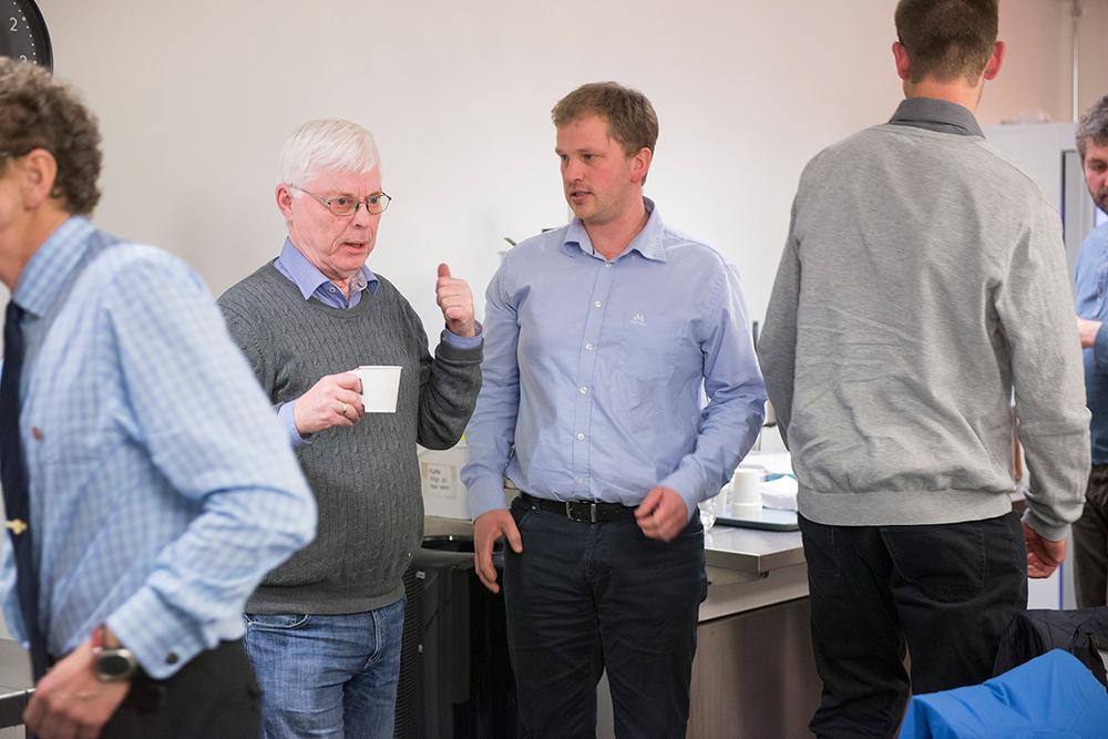 UENIGE: Nils Olav Eikenes (H) og teknisk sjef Halvor Nes (t.h.) benyttet seg av en pause til å diskutere saken.