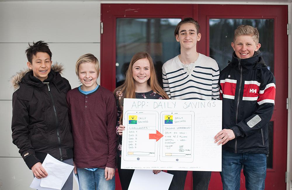 DIGITALT: Denne gruppa vant med ideen «Daily savings», en applikasjon som skal bidra til at man reduserer forbruket ved hjelp av daglige oppgaver. På bildet: Magnus Mosfjell (14), Kai Erik Aamlid (14), Fredrick Helle (14), Hanne Helleland (14) og Hysen Selmani (14).