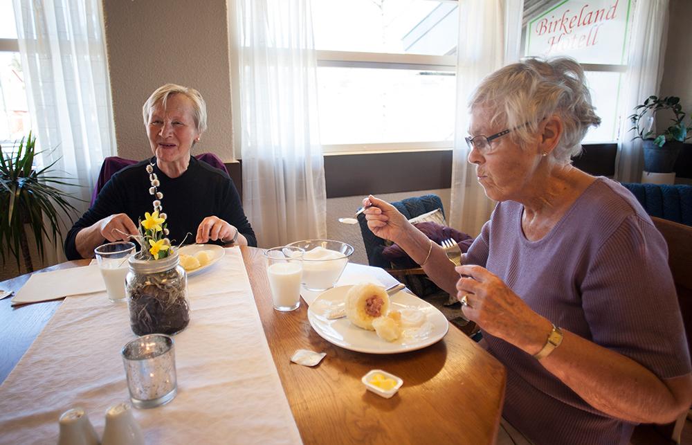 FASTE GJESTER: Ella Ekelund og Kari M. Nordal er ofte innom hotellet på torsdager. – Jeg kommer nesten hver torsdag, kompene smaker jo så godt at jeg kan ikke gå glipp av dem, sier Nordal (t.h.).