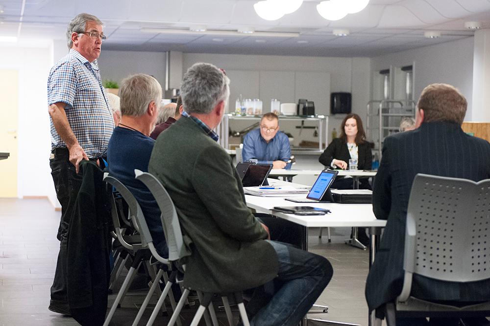 Skremmer: Høyre-politiker Trygve Endresen (t.v.) mener rådmann Gro Anita Trøan (i midten) skremmer befolkninga i Herefoss og Vegusdal unødig. – Det er ikke flertall i kommunestyret for å legge ned skolene, sier han.