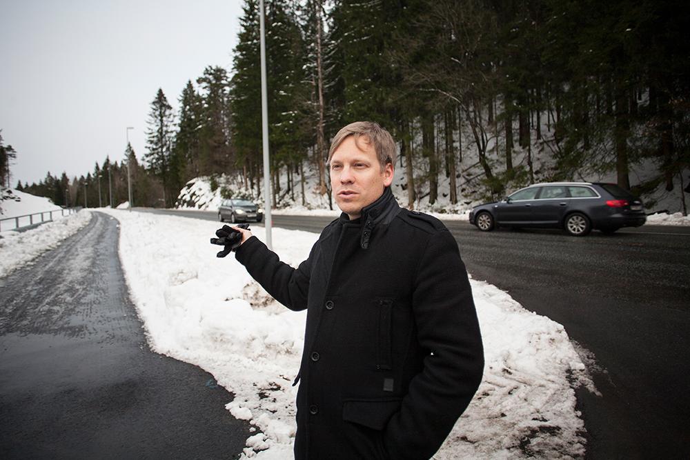 BEKYMRET: Christer Birkeland mener fartsgrensen langs fylkesvei 402 bør reduseres ved avkjørselen til Natveitåsen. Han frykter at flere ulykker kan skje dersom farten ikke settes ned til 60 km/t.