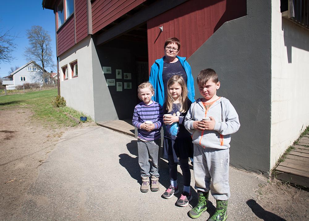 UNØDVENDIG: Pedagogisk leder i Birkeland barnehage Inger P. Birkeland synes det er tankeløst gjort å strø spiker på områder der barn leker. Her med Bleron (5), Amalie (5) og Mina (5) fra førskolegruppa.