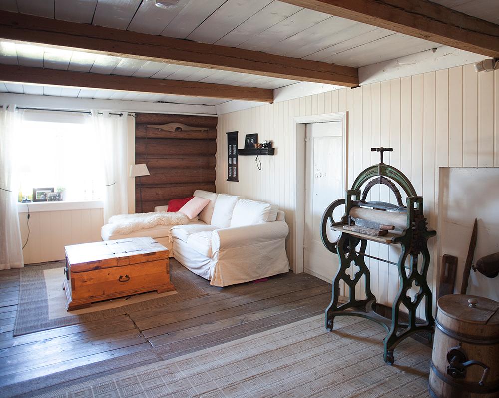 1700-TALLET: Gulvene er skjeve og tømmerveggene er bevart i gården fra begynnelsen av 1700-tallet. Her fra loftstua.
