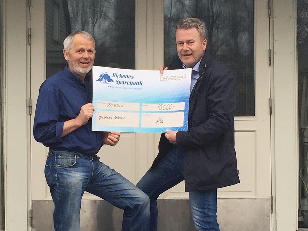 DRIFT: Bedehuset på Birkeland mottar 10.000 kroner. Midlene skal brukes til drift og vedlikehold. På bildet: Formann på bedehuset Ivar Aanesland og banksjef i Birkenes Sparebank Harald Flaa.