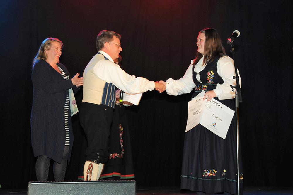 Kulturskolerådgiver-Jo-Eskild-og-kulturskolerektor-Nina-M-overrekker-drømmestipendet-til-Rebecca-Smeland-GranåsenNETT