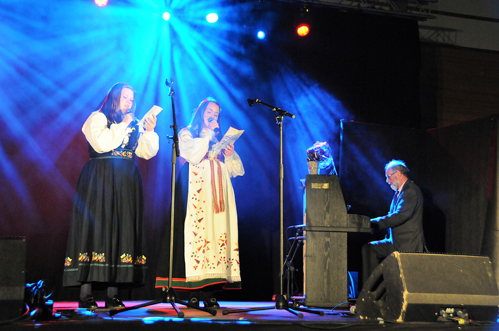 FORSANGERE: Rebecca Smeland Granåsen og Henriette Birkenes var forsangere på Birkelandssangen, med Per Gunnar Knutson på klaveret.