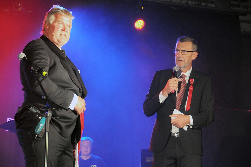 UNDERHOLDNING: Programleder Roald Rokseth (t.h.) og Salve Eieland på scenen.