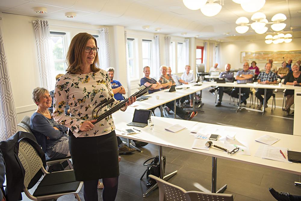 SLUTTER: Rådmann Gro Anita Trøan fikk med seg en lysestake da kommunestyret tok avskjed onsdag forrige uke.