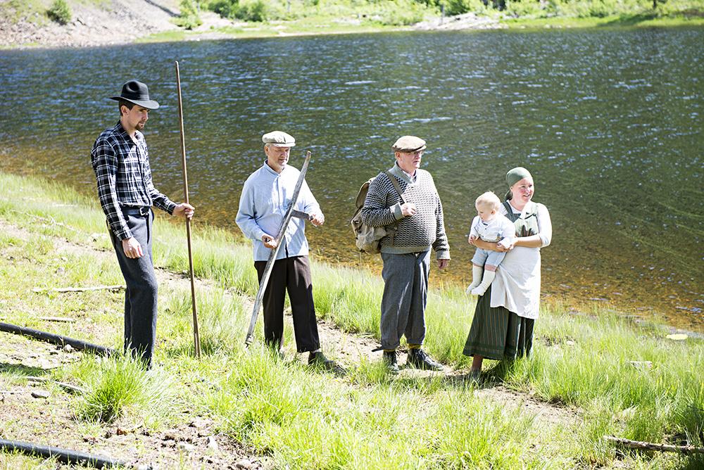 STATISTER: Svein Kjetil Holm (f.v.), Ole Bjorvatn, Helge Wroldsen og Veslemøy Stie hadde kledd seg for anledninga. Sistnevnte med Ludvig (9 måneder) på armen.