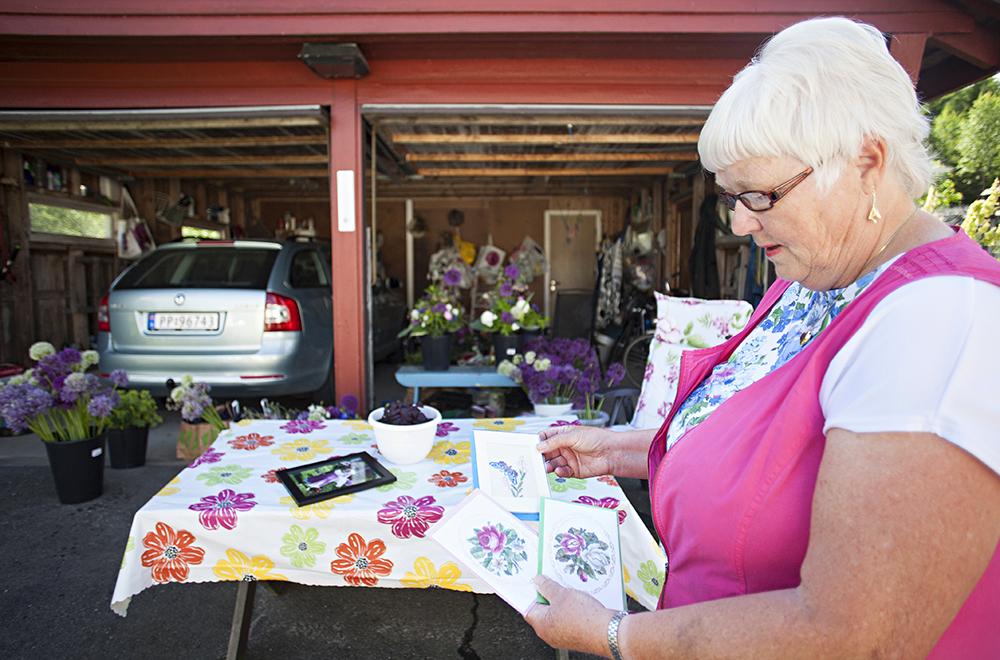 KORT: Når hun ikke jobber i hagen eller steller med blomstene lager pensjonisten gjerne kort med blomstermotiver. – Dette er noen av de broderte kortene, sier hun.