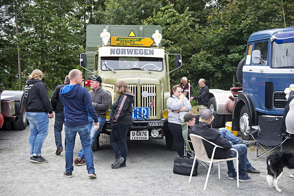 17 METER: Semitraileren til Terje Goderstad ble et sosialt samlingspunkt på Birkelandsdagene. Den grønne Scania-Vabis-en er importert fra Sverige.