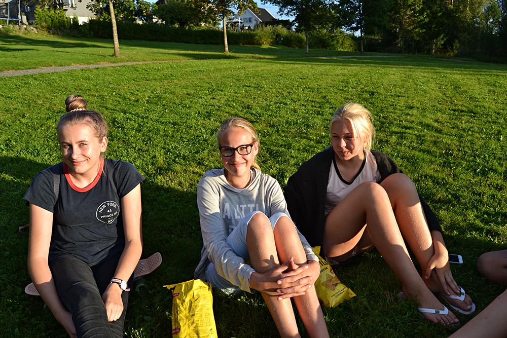 PUBLIKUM: Både yngre og eldre publikummere slo seg ned på gress og stoler. Her representert ved Stine Haugebo, Kristin Tjøntveit og Ane Johnsen.