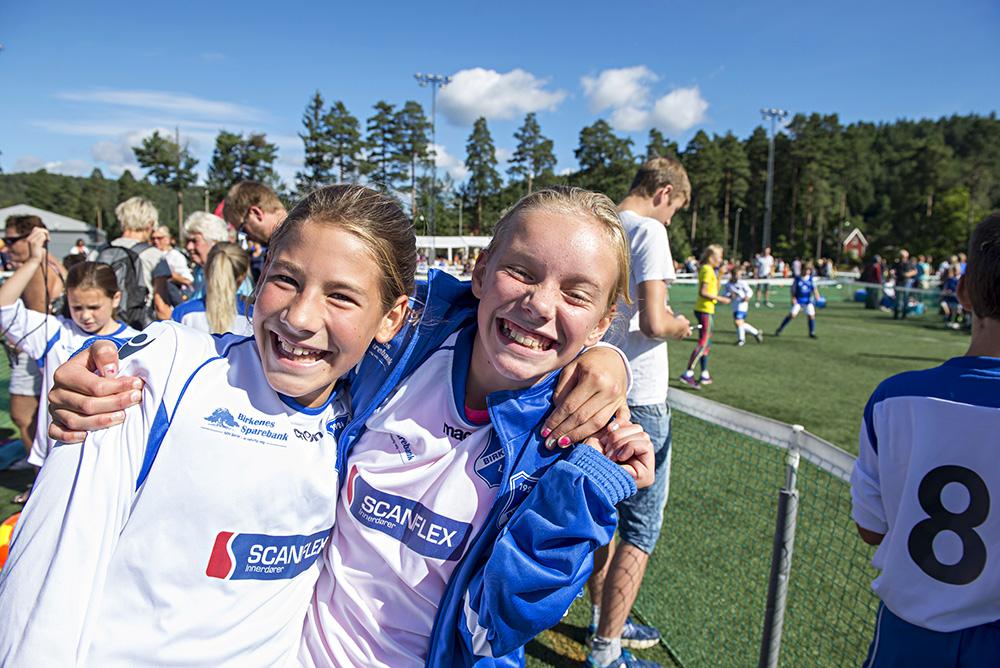 FORNØYD: Mari Strømman Håkedal og Ingeborg Birknes er strålende fornøyd med å spille mye fotball på 3v3-turneringa.