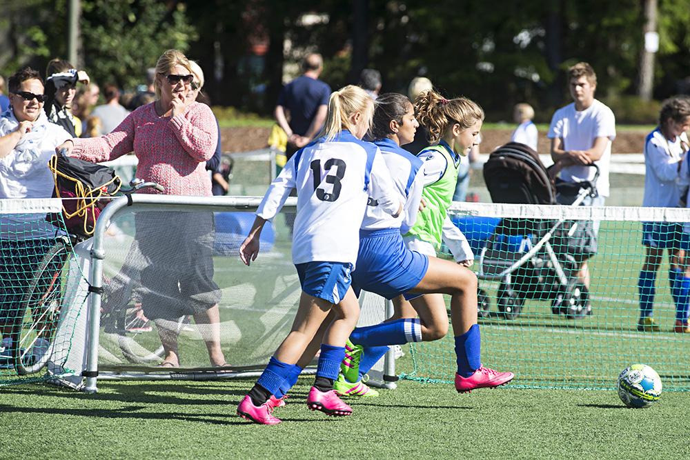 DUELL: Mari Strømman Håkedal (t.h.) i duell med to spillere fra et annet Birkeneslag. Fotografen kan avsløre at den rosa fotballskoen nådde ballen først.