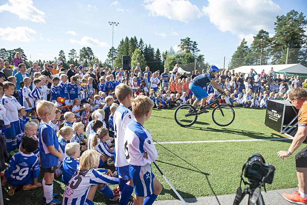 SYKKEL: Eirik Ulltang underholdt fotballspillerne, og publikum lot seg begeistre av syklisten som tidligere i august fikk oppmerksomhet etter å ha syklet til Preikestolen.