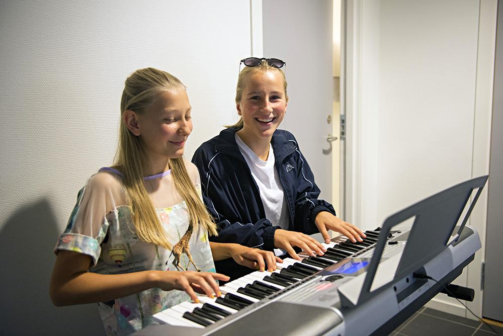 VOKALISTER: Viktoria Posti-Lindland og Anne Martine Justvik er begge vokalister, men lar gjerne fingrene gli over tangentene.