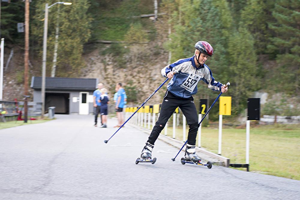 FOTBALLSPILLER: Normalt spiller Knut Erlend Martinsen fotball på Jerv, men etter en utfordring lot han seg friste til å stille på rulleski.