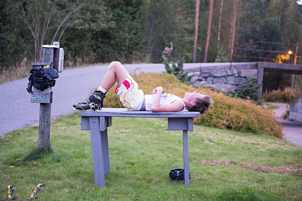 VARMT: Martin Uldal tar en fortjent hvil etter klubbmesterskapet. Gradestokken ikke akkurat septembertemperaturer denne dagen.