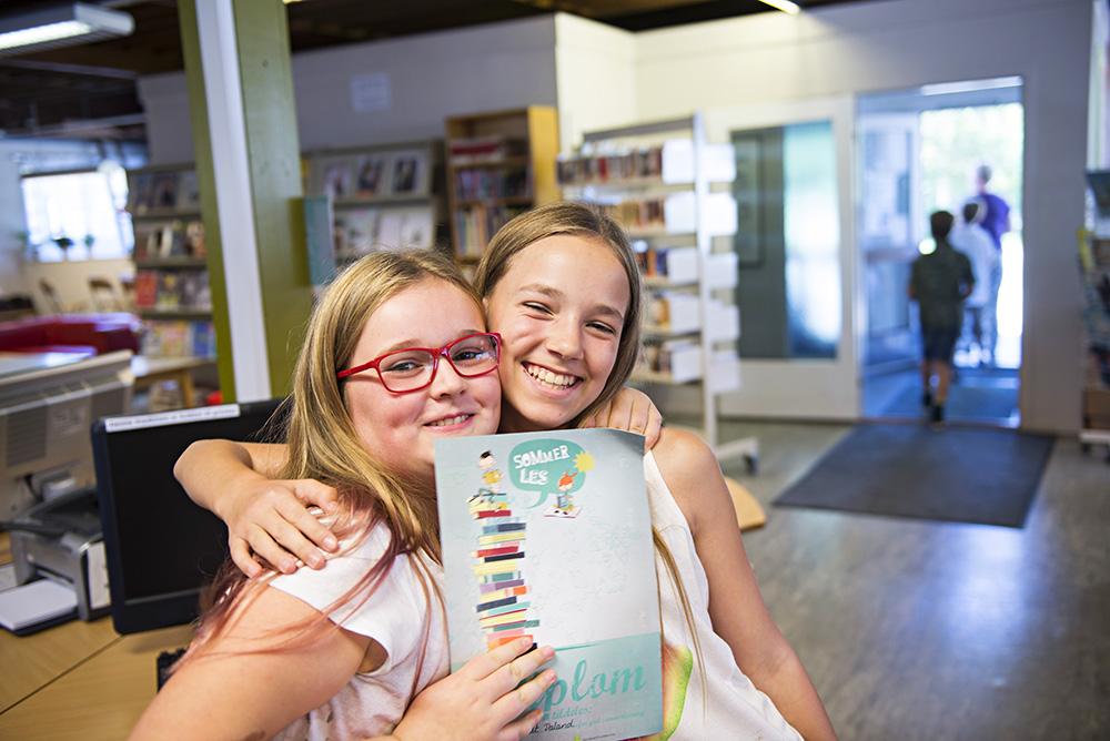 FORNØYD: Aida Skjøldt Daland og Veronika Igland har begge lest mange bøker i sommer. Begge liker godt å lese, og gjerne om det regner ute.