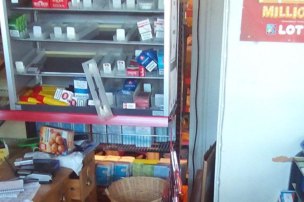 RØYK: Tyvene gikk etter tobakken i skapet, men ble overlumpet av kjøpmannen i etasjen over.